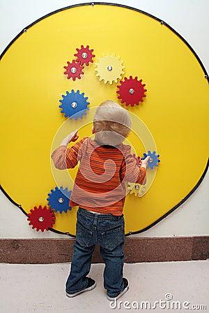 мальчик зацепляет игрушку