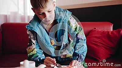 Мальчик сидит в кафе и ест торт и говорит к его отцу Посмотрите мальчика r сток-видео