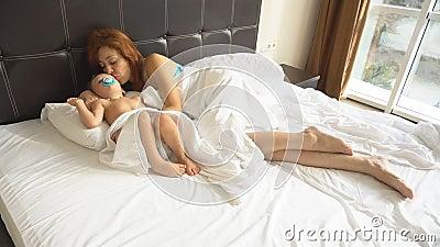 Мать исын на одной кровати в отеле