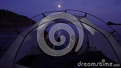 Мама с детьми в палатке ночью сток-видео