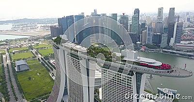 Марина Бэй Сэндс, съемка с воздуха, беспилотники медленно летают по кораблю, Сингапур сток-видео