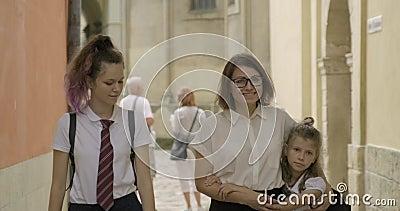 Мать и две дочери вместе ходят вместе сток-видео
