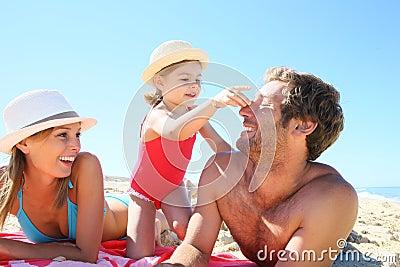 маленькие девочки с родителями на пляже фото