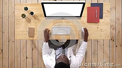 Медицинский работник печатая на компьютере Белый дисплей сток-видео