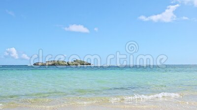 Медленно панорама на небольших волнах простиралась от голубого океана до золотого песчаного пляжа видеоматериал