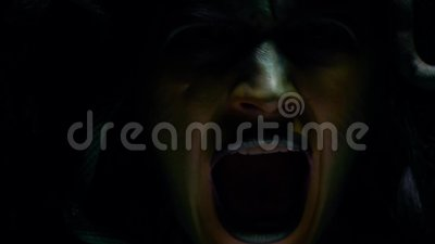 Медуза Gorgon с ее чешуистой стороной, screamingm составляет, искусство тела сток-видео