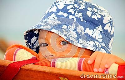 милый пряча peekaboo малыша