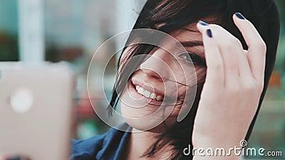 Милая девушка делая selfies на smartphone Молодая женщина брюнет с мобильным телефоном Устройства и люди Smartphone внутри видеоматериал