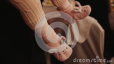 Младенец свои смешные тапочки видеоматериал