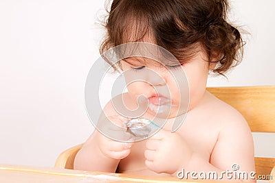 младенец наслаждается заедк