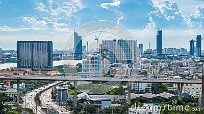 Много здания и дорог которые имеют автомобили бежать все время в богах Таиланда Citiscape промежутка времени сток-видео