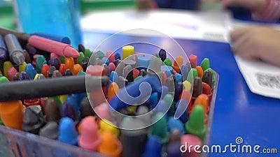 Много Crayon крася карандаш в ведре сток-видео