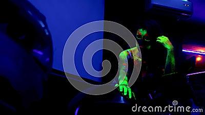 Модные женщины в неоновом свете, красивые девушки-модели с флуоресцентным макияжом в ультрафиолетовом свете видеоматериал