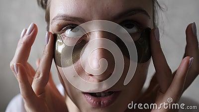 Моистуризация и затягивание кожи под глазами с помощью корейской косметики - красивые заплатки для удаления видеоматериал