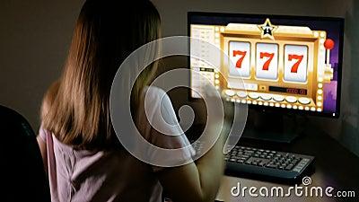 Молодая женщина играя в онлайн казино выигрывала джэкпот Брюнет отжимает на клавиатуре и ждет везение акции видеоматериалы