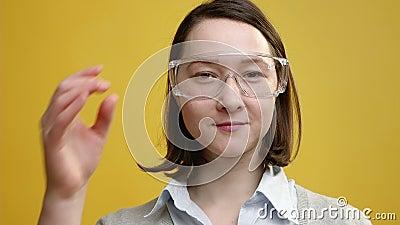 Молодая женщина с голографическими стеклами футуристическо увеличенная реальность акции видеоматериалы