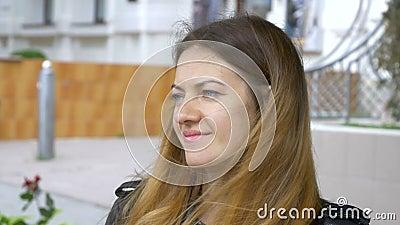 Молодая женщина с голубыми глазами смотрит в расстояние и вокруг Портрет милой усмехаясь девушки Посмотрите в расстояние сток-видео