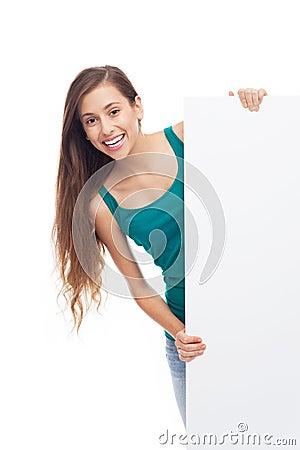 Молодая женщина с пустым плакатом