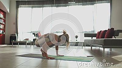 Молодая красивая sporty кавказская девушка работая положения йоги, asana indoors сток-видео