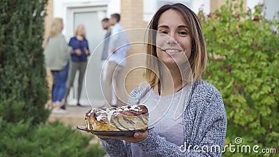 Молодая привлекательная женщина с улыбкой торта и взглядом на камеру Компания людей, говорящих на крыльце видеоматериал