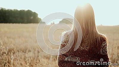 Молодая фермерская девочка, идущая по пшеничному полю на закате Современное сельское хозяйство, счастливая молодежь и концепция п видеоматериал