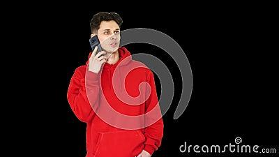 Молодой танцор хип-хоп перестал танцевать, чтобы ответить на звонок/, канал Альфа видеоматериал