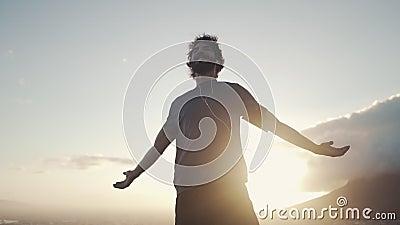Молодой человек ослабляя против солнечного света в утре сток-видео