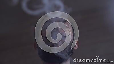 Молодой человек с бородой и Mustages Vaping электронная сигарета Вапоризатор дыма битника Vaper и кольца дыма Exhals сток-видео