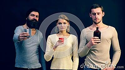 Молодые люди предлагает пить Алкоголизм в современном обществе альбомов сток-видео