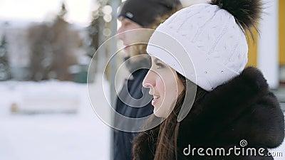 Молодые пары в прогулках любов через город зимы Ванта с девушкой видеоматериал