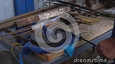 Молот с руками бьет стальной прут сток-видео