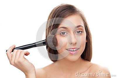 Молодая женщина прикладывая blusher