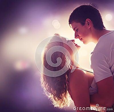 Молодые пары в влюбленности