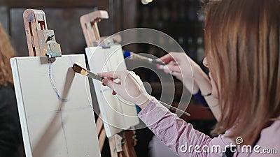 мольберт Женщины рисуют розу на холсте Художественное училище видеоматериал