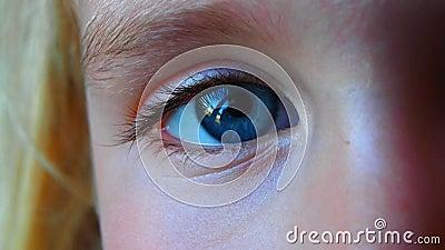 Моргать видео голубого глаза