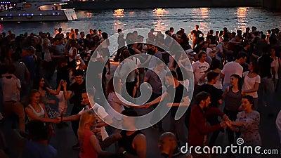 Москва, Россия 29-ое июня 2018: Горячая ноча лета в парке Gorky во время ФИФА 2018 Люди танцуют около реки Москвы, около видеоматериал