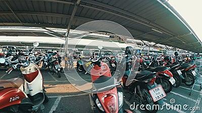 Мотоцилк катания на автостоянке в Таиланде около торгового центра акции видеоматериалы
