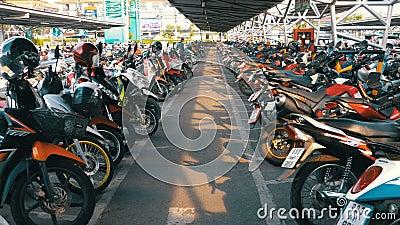 Мотоцилк на автостоянке в Таиланде около торгового центра видеоматериал
