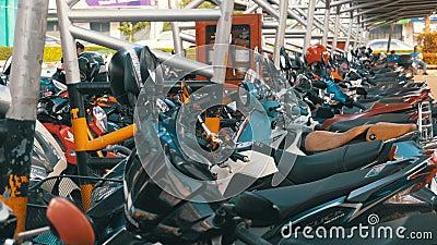 Мотоцилк на автостоянке в Таиланде около торгового центра сток-видео