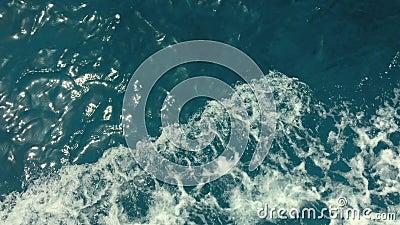 Мощные волны вытянули вне от быстроподвижной шлюпки, огромного потока темносиней воды при белая пена поднимая вверх, устоичивого видеоматериал