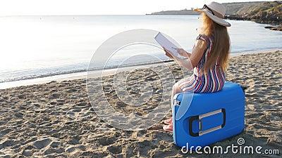 Молодая женщина красит на пляже акции видеоматериалы