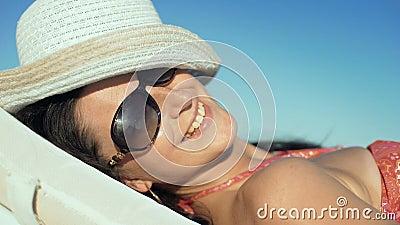 Молодая красивая женщина наслаждаясь летними каникулами, пляжем ослабляет, лето в тропиках сток-видео