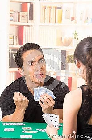 Супружеские пары играют в карты 7 фотография