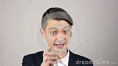 Молодой бизнесмен указывая перст на камеру акции видеоматериалы