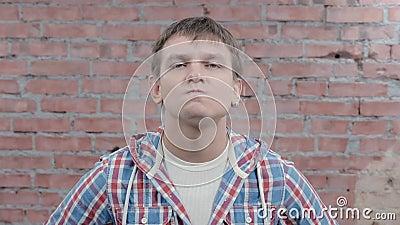 Молодой человек показывает слушать внимательно в камере злят Губы выжимкы отливка сток-видео