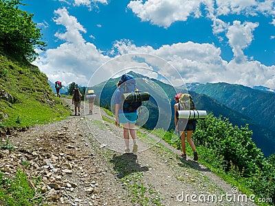 Молодые женщины trekking в Svaneti,