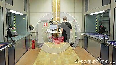 Мужской работник на автоматизированном вертикальном блоке памяти carousel в складе Швеция, Enkoping сток-видео