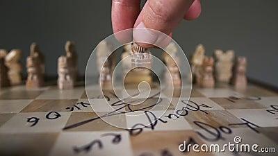 Мужчина движет куском мужской пешка необычная шахматная шахмата закрывается в виде львиного медленного движения акции видеоматериалы