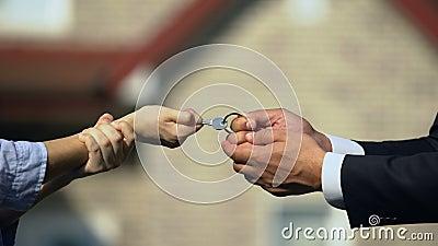 Мужчина и женщина берут ключ из дома, делят имущество после развода акции видеоматериалы