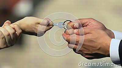 Мужчина и женщина, держащие ключ, двигаясь по разным направлениям, разделяя имущество акции видеоматериалы